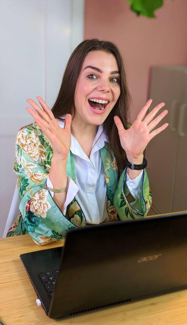 Aline Pelzer am Schreibtisch