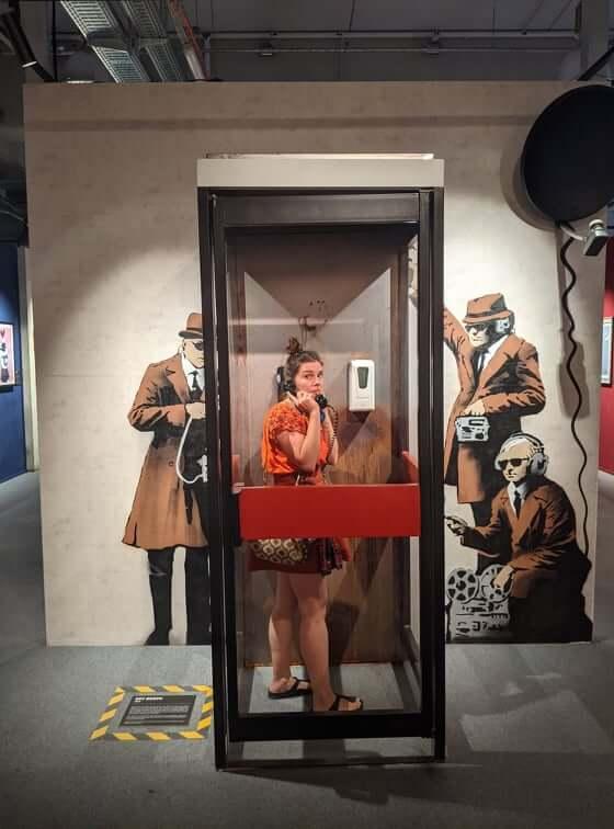 Aline in Telefonzelle